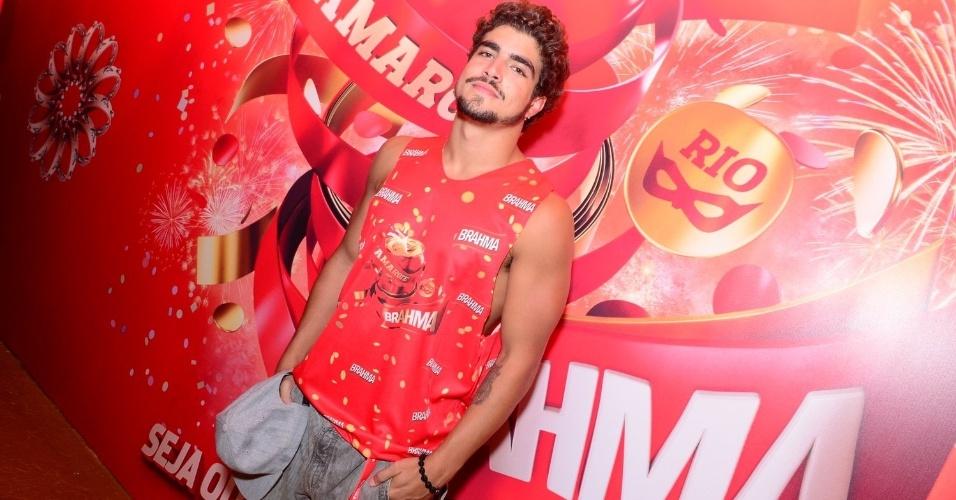 16.fev.2013 - Caio Castro em camarote durante o desfile das campeãs do Carnaval Carioca