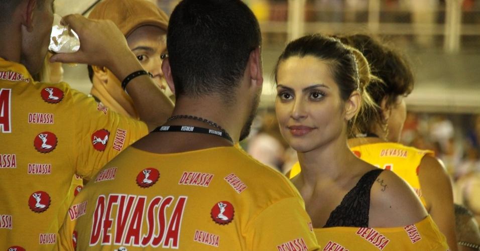 16.fev.2013 - Cleo Pires conversa com o ex-marido, João Vicente de Castro, em camarote da Marquês do Sapucaí durante o desfile das campeãs do Carnaval Carioca