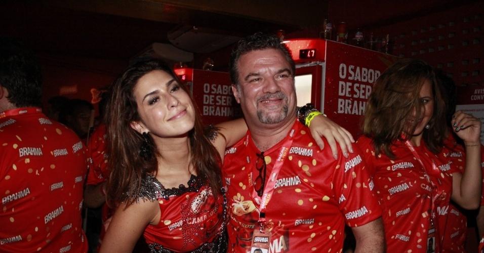 16.fev.2013 - Fernanda Paes Leme e Adriano Garib em camarote durante o desfile das campeãs do Carnaval Carioca