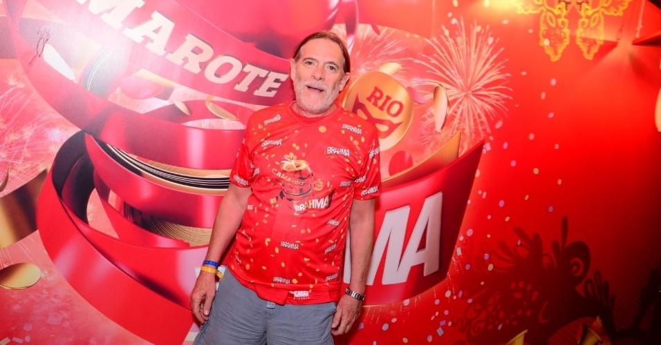 16.fev.2013 - José de Abreu em camarote durante o desfile das campeãs do Carnaval Carioca