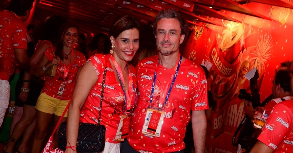 16.fev.2013 - Narcisa Tamborindeguy e Guilherme Fiúza em camarote durante o desfile das campeãs do Carnaval Carioca