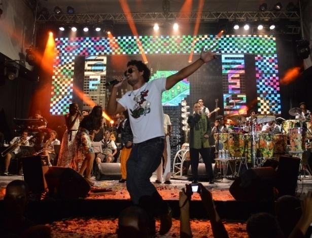 16.fev.2013 - O cantor Carlinhos Brown comandou o Sarau do Brown em Salvador. O show contou com participações dos participantes do reality The Voice, além de Arnaldo Antunes, Luiz Melodia e Chico César
