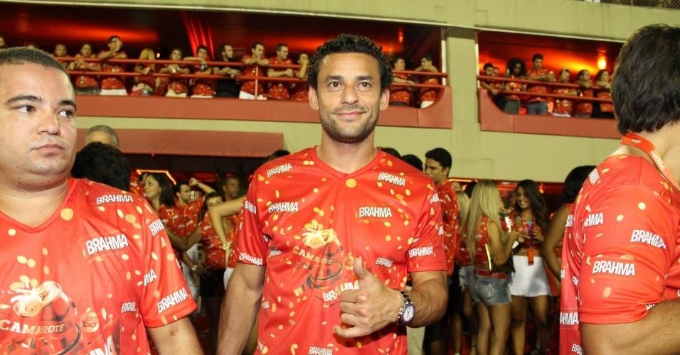 16.fev.2013 - O jogador Fred em camarote durante o desfile das campeãs do Carnaval Carioca