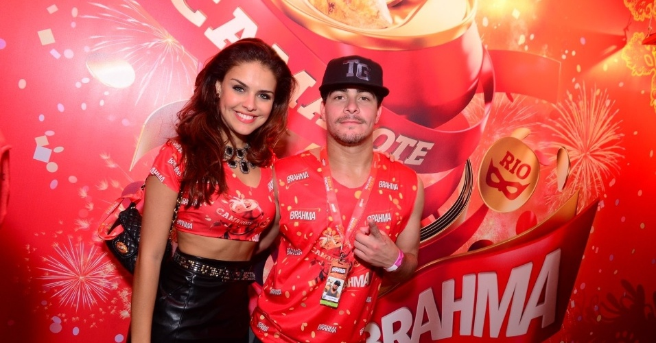 16.fev.2013 - Paloma Bernardi e Thiago Martins em camarote durante o desfile das campeãs do Carnaval Carioca
