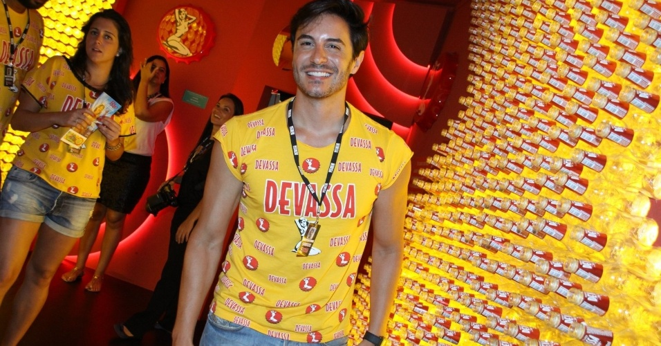 16.fev.2013 - Ricardo Tozzi em camarote durante o desfile das campeãs do Carnaval Carioca