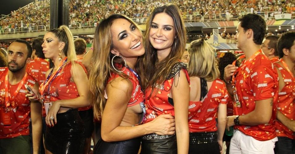 16.fev.2013 - Sabrina Sato e Thaila Ayala em camarote durante o desfile das campeãs do Carnaval Carioca