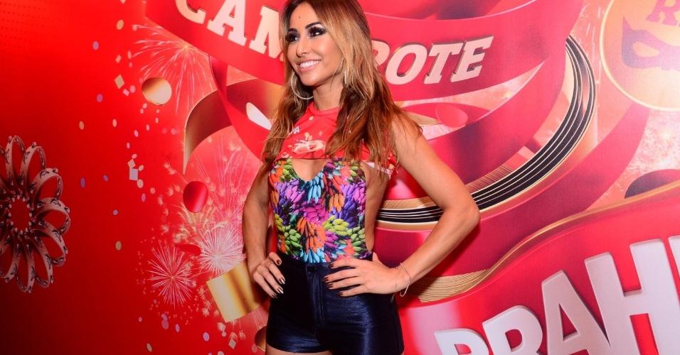 16.fev.2013 - Sabrina Sato em camarote da Marquês do Sapucaí durante o desfile das campeãs do Carnaval Carioca