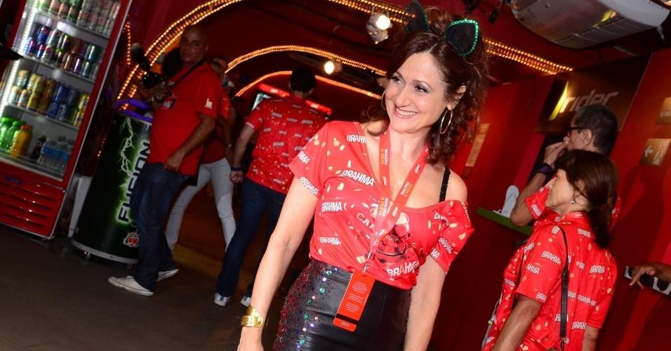 16.fev.2013 - Zezé Polessa em camarote da Marquês do Sapucaí durante o desfile das campeãs do Carnaval Carioca