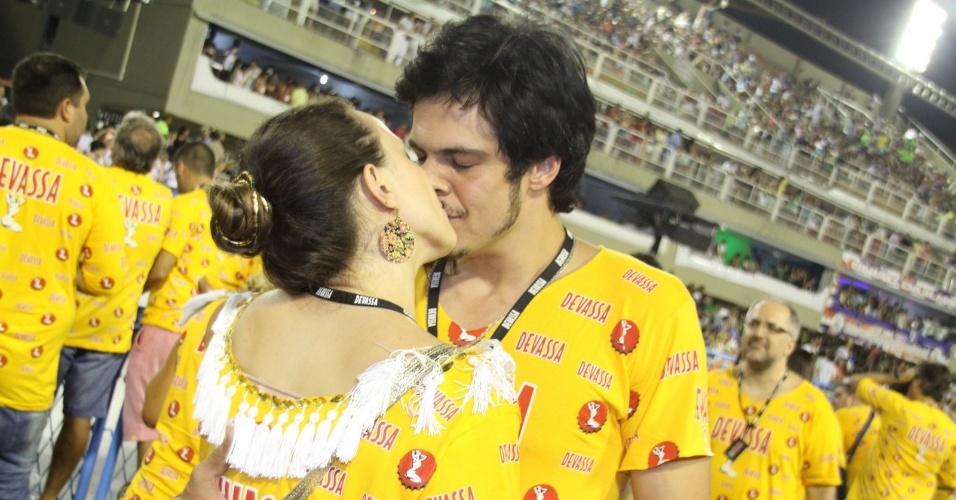 16.fev.2013 -Paula Braun e Matheus Solano se beijam em camarote no Rio