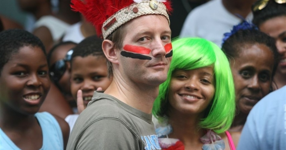 17.fev.2013 - O Monobloco, liderado pelo músico Pedro Luís, lotou a Avenida Rio Branco, no centro do Rio. O bloco é famoso por encerrar o Carnaval de rua carioca