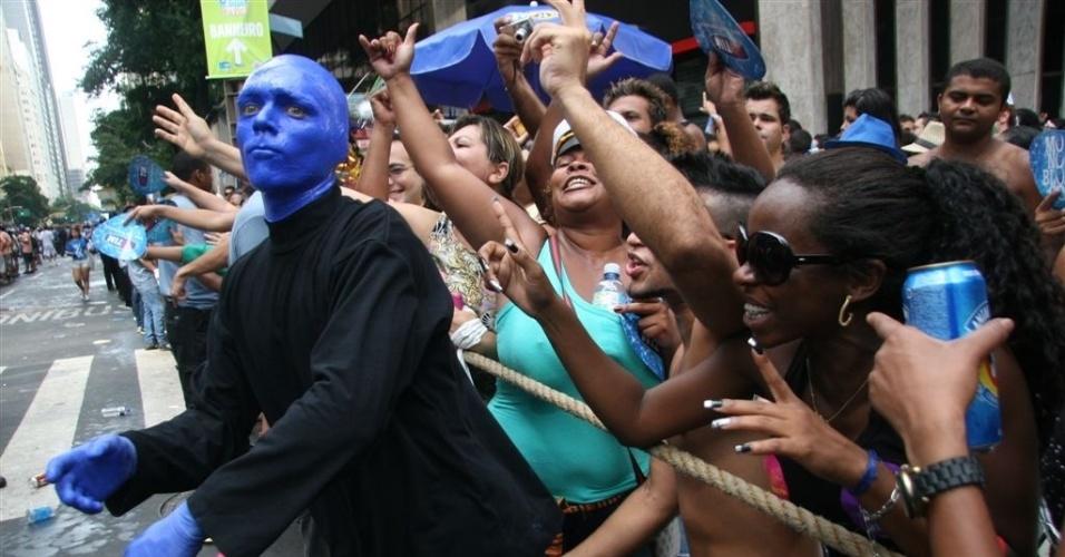 17.fev.2013 - O Monobloco, liderado pelo músico Pedro Luís, lotou a Avenida Rio Branco, no centro do Rio. O bloco é famoso por fechar o Carnaval de rua carioca