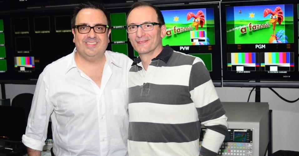 """O diretor-geral Rodrigo Carelli e o apresentador Britto Jr. posam para fotos no switcher, sala onde são monitoradas e controladas as imagens das 50 câmeras de """"A Fazenda 5"""" (22/5/12)"""