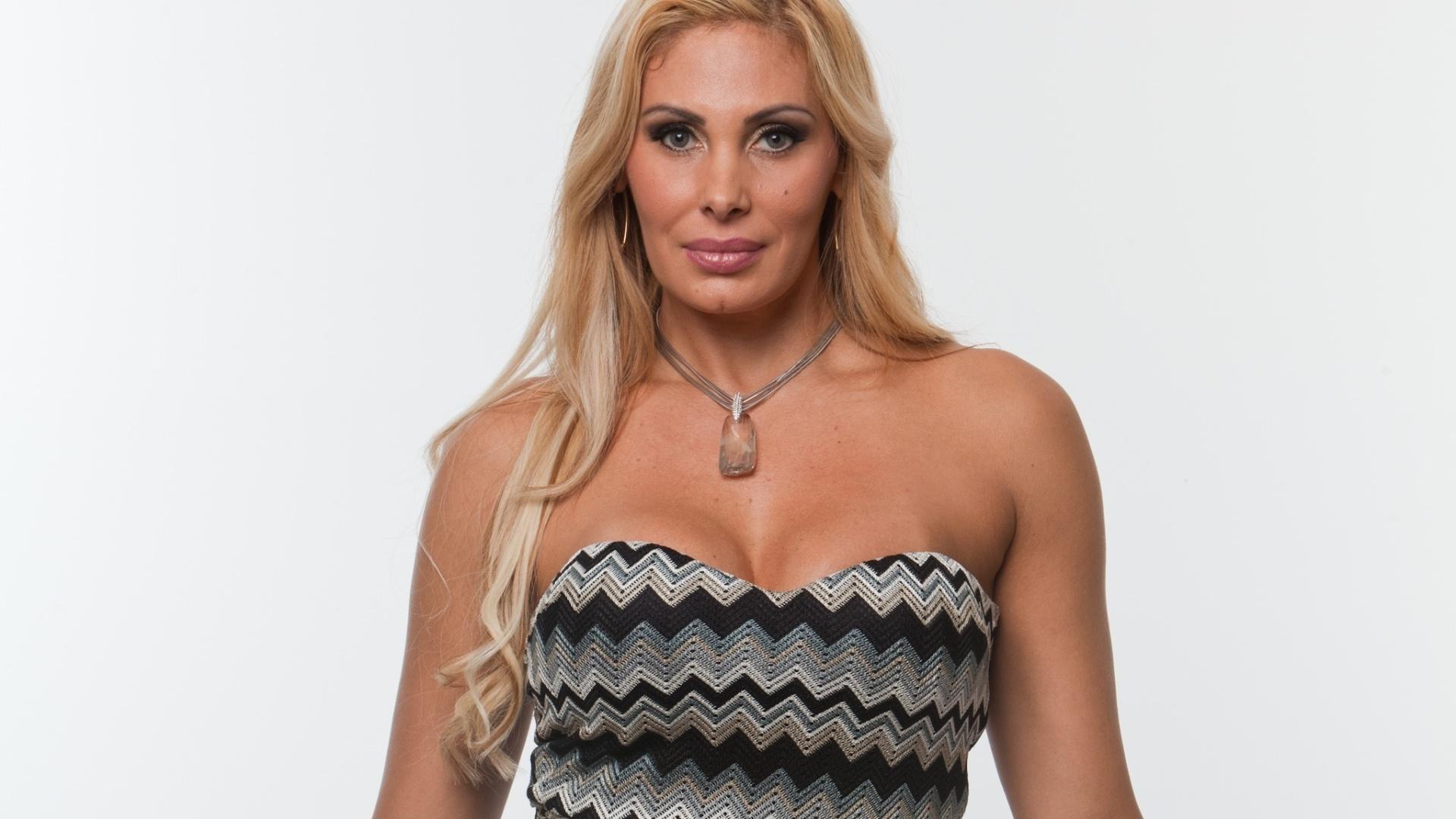 A modelo e apresentadora Angela Bismarchi, 46 anos, conhecida pelas diversas cirurgias plásticas que já fez e pelas dicas de sexo que compartilha com usuários nas redes sociais