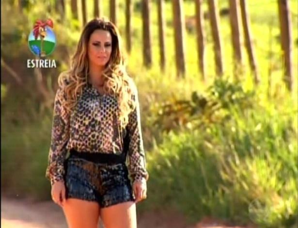 A rainha de bateria Viviane Araújo chega à Fazenda (29/5/12)