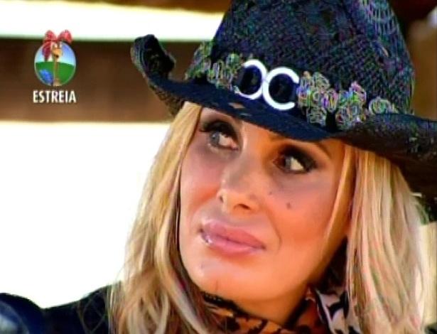 Ângela Bismarchi observa a chegada de Viviane Araújo no reality (29/5/12)