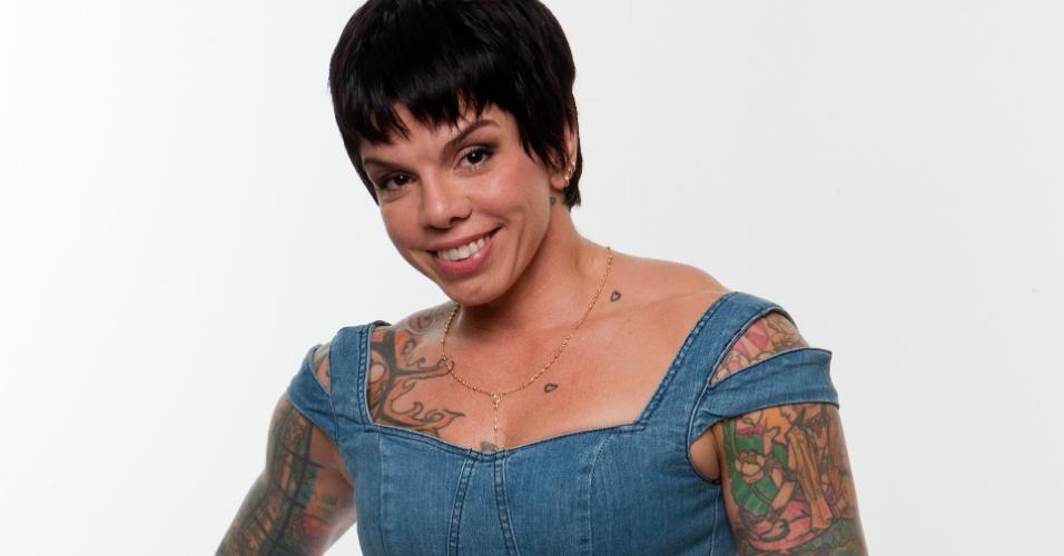 Ex-VJ da MTV e apresentadora de um programa sobre sexo, Penélope Nova, 38, é filha do roqueiro Marcelo Nova e é conhecida por seus piercings e tatuagens