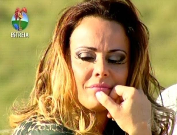 Viviane Araújo aguarda a entrada do restante dos participantes (29/5/12)