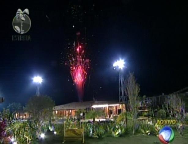 """Após programa ao vivo, participantes são recebidos com fogos na sede de """"A Fazenda 5"""" (29/5/12)"""