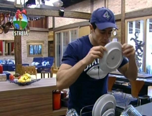 Felipe Folgosi cheira os pratos e diz que a louça está com cheiro de ovo por ter sido mal lavada (29/5/12)