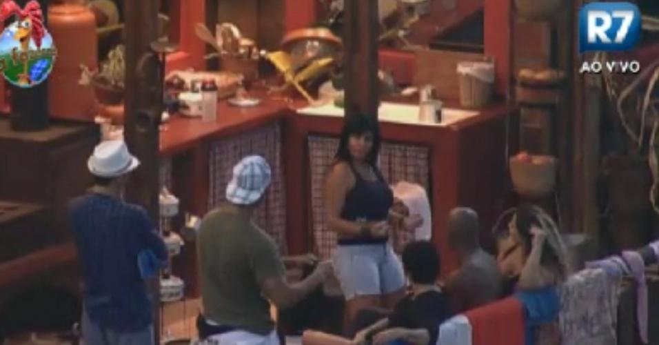 Gretchen ensina coreografia de sua nova música para colegas de confinamento no celeiro (30/5/12)