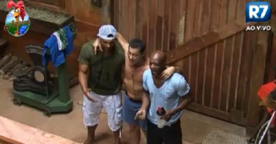 Gustavo Salyer, Sylvinho Blau-Blau e Lui Mendes se abraçam e cantam músicas dos anos 80 no celeiro (30/5/12)