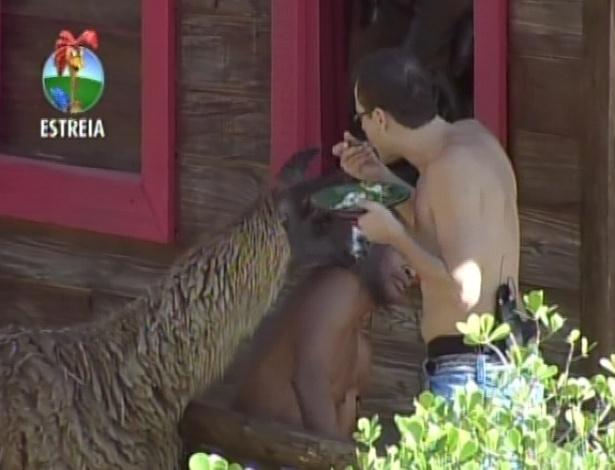 """Lui Mendes é atacado por uma lhama em seu segundo dia de confinamento no celeiro de """"A Fazenda 5"""" (29/5/12)"""