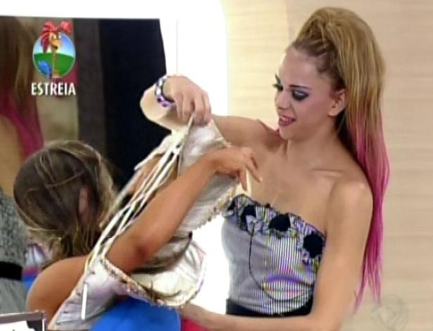 Na sede, Léo Àquilla ajuda Nicole Bahls a tirar roupa (29/5/12)
