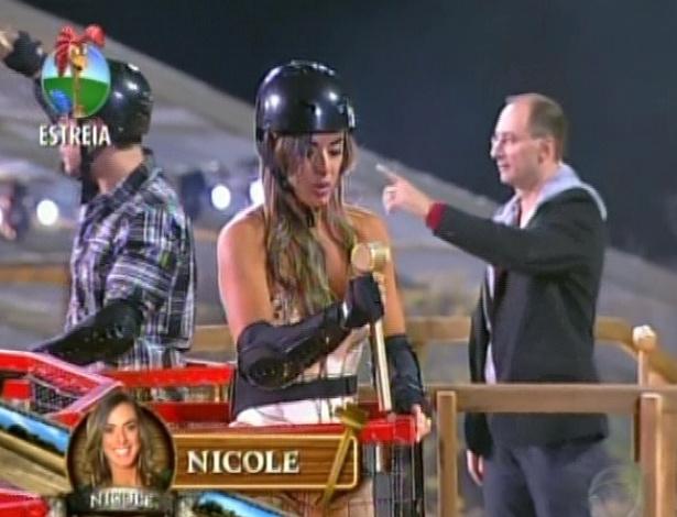"""Nicole Bahls encontra peça dourada na piscina de bolinhas e garante permanência em """"A Fazenda 5"""" (30/5/12)"""