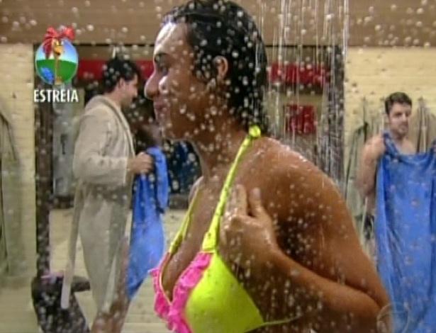 """Nicole Bahls toma banho em """"A Fazenda 5"""" e é observada por Rodrigo Capella (29/5/12)"""