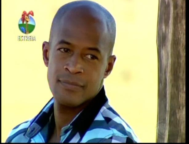 O ator Lui Mendes chega à Fazenda (29/5/12)