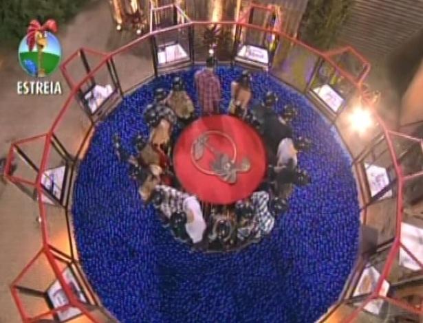 """Os 16 participantes de """"A Fazenda 5"""" se preparam para mergulhar em uma piscina de bolas azuis em uma prova que vale a permanência no programa (29/5/12)"""