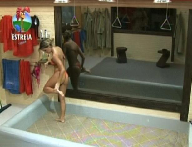"""Robertha Portella é a primeira participante a tomar banho no chuveiro da sede de """"A Fazenda 5"""" (29/5/12)"""