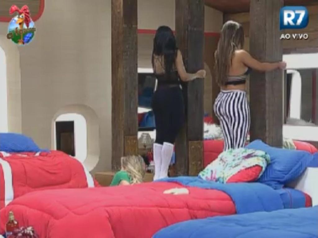 Shayene Cesário (esq.) e Nicole Bahls (dir.) improvisam para fazer exercícios para os glúteos no quarto da sede (30/5/12)