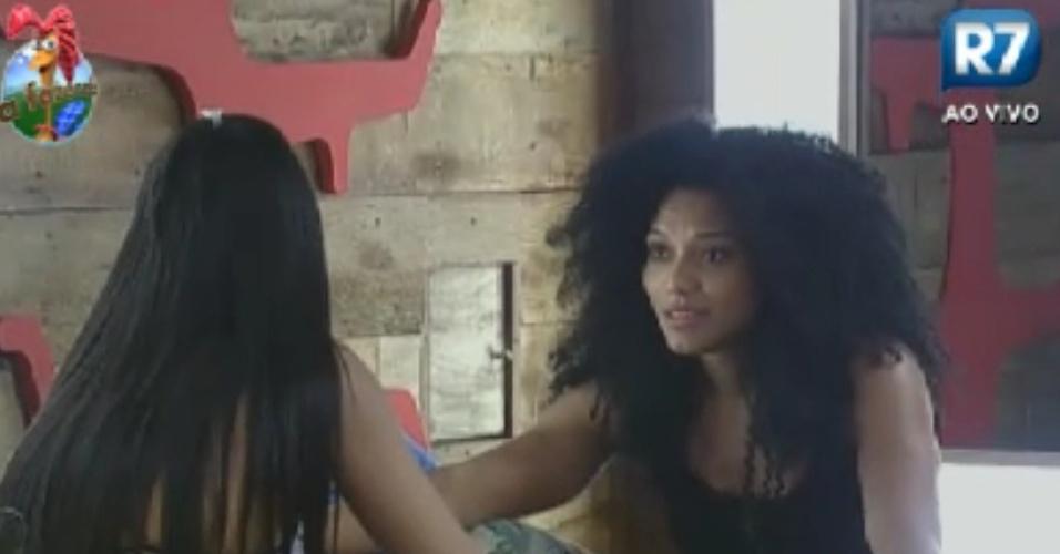 Shayene Cesário (de costas) e Simone Sampaio conversam sobre tentarem se aproximar mais em