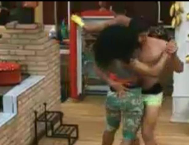 Simone Sampaio e Diego Pombo dançam forró na sede (30/5/12)