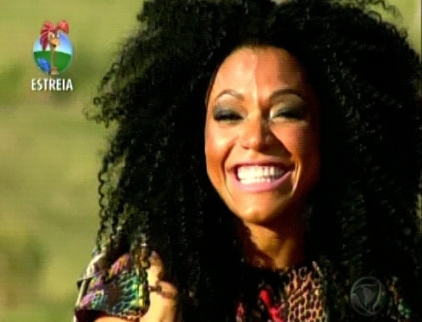 Simone Sampaio, rainha de bateria da Dragões da Real, chega no reality (29/5/12)
