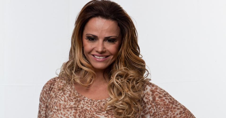 Viviane Araújo é modelo e atriz, tem 37 anos e namora o jogador de futebol Radamés. Rainha de bateria do Salgueiro, já posou nua para revistas masculinas e foi casada com o cantor Belo por 7 anos