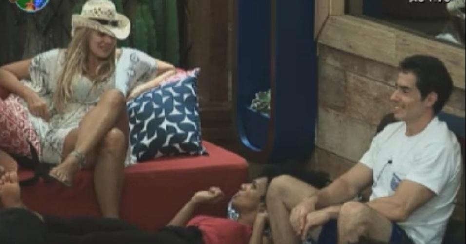 Ângela Bismarchi, Simone Sampaio e Felipe Folgosi conversam na sede (31/5/12)