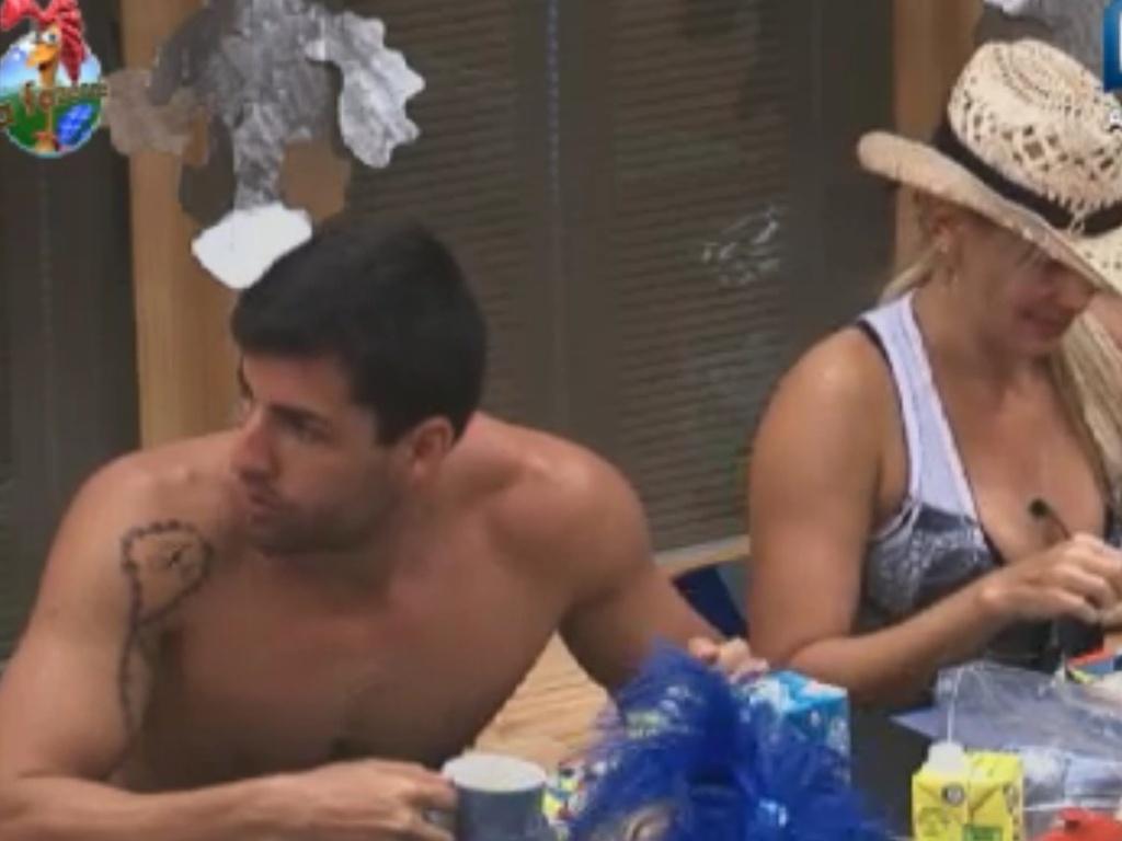 Diego Pombo e Ângela Birsmarchi toma café da manhã na sede da fazenda (31/5/12)