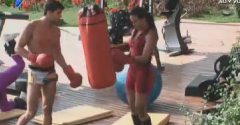 Diego Pombo ensina Shayene a lutar (31/5/12)