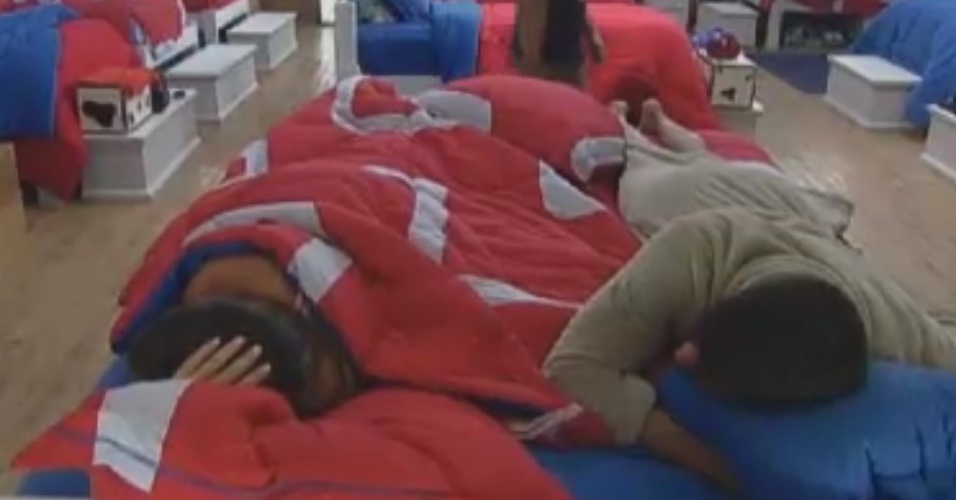Diego Pombo se joga na cama de Nicole Bahls (31/5/12)