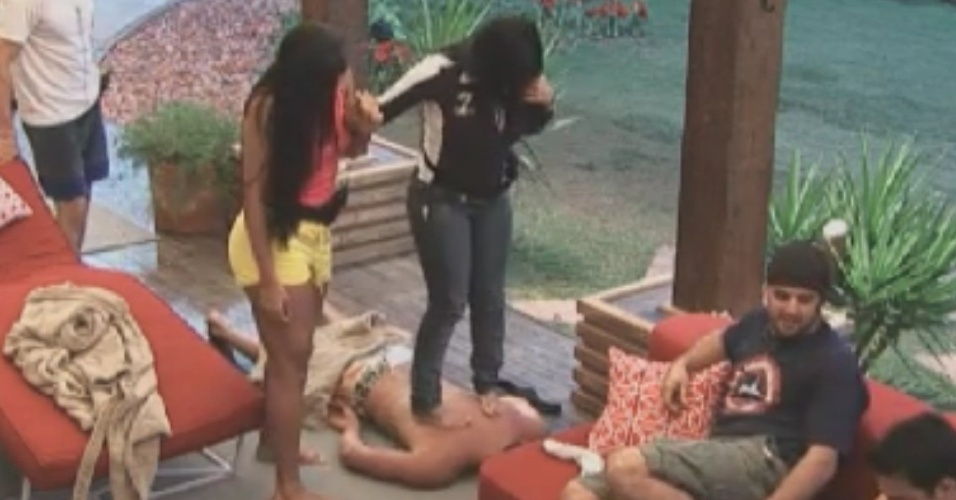 Gretchen massageia costas de Vavá com os pés e se apoia em Shayene Cesário (31/5/12)