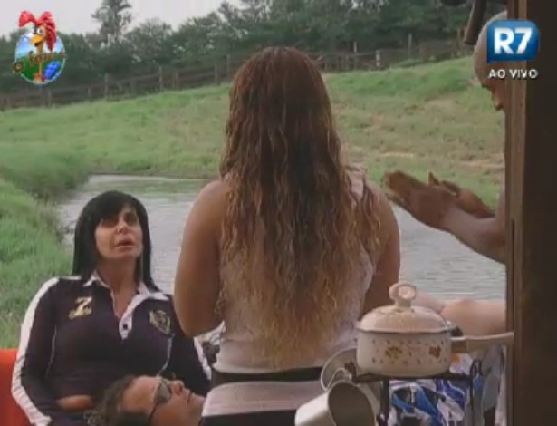 Gretchen visita o celeiro e conversa com Viviane Araújo (de costas), Lui Mendes e Sylvinho Blau Blau