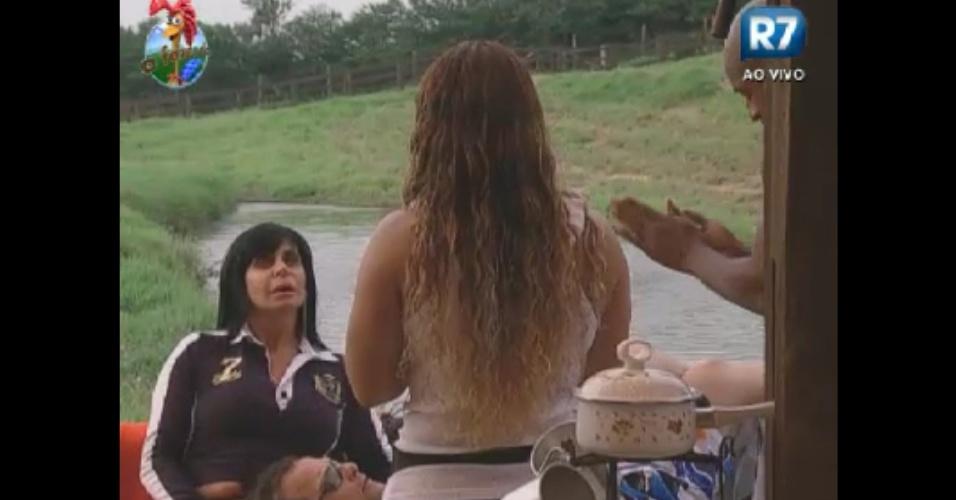 Gretchen visita o celeiro e conversa com Viviane Araújo (de costas), Lui Mendes e Gustavo Salyer