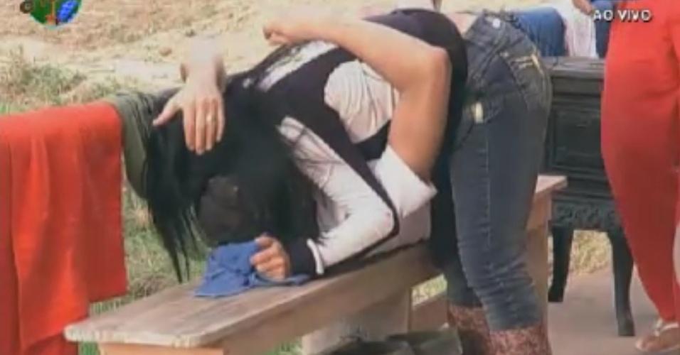 Gretchen volta ao celeiro e cumprimenta Sylvinho Blau Blau com um abraço (31/5/12)