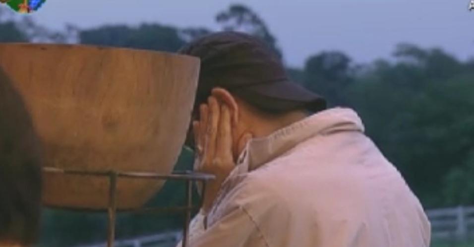 Sylvinho Blau Blau faz uma oração na varanda do celeiro (31/5/12)