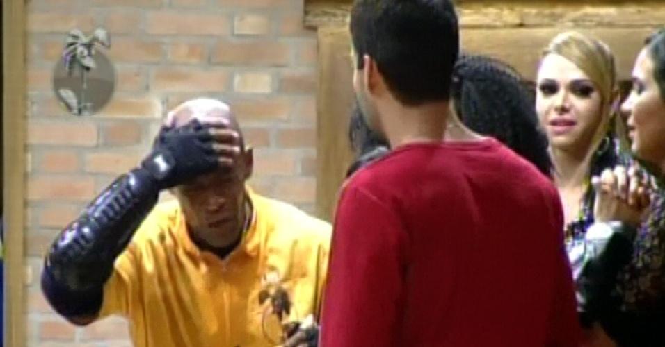 Lui Mendes bateu a cabeça em prova que garantiu saída do celeiro em