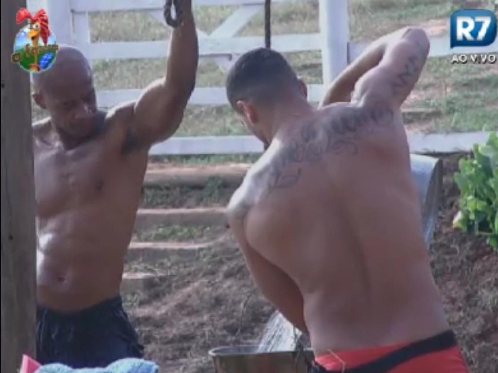 Lui Mendes e Gustavo Salyer colocam água no chuveiro do celeiro (31/5/12)