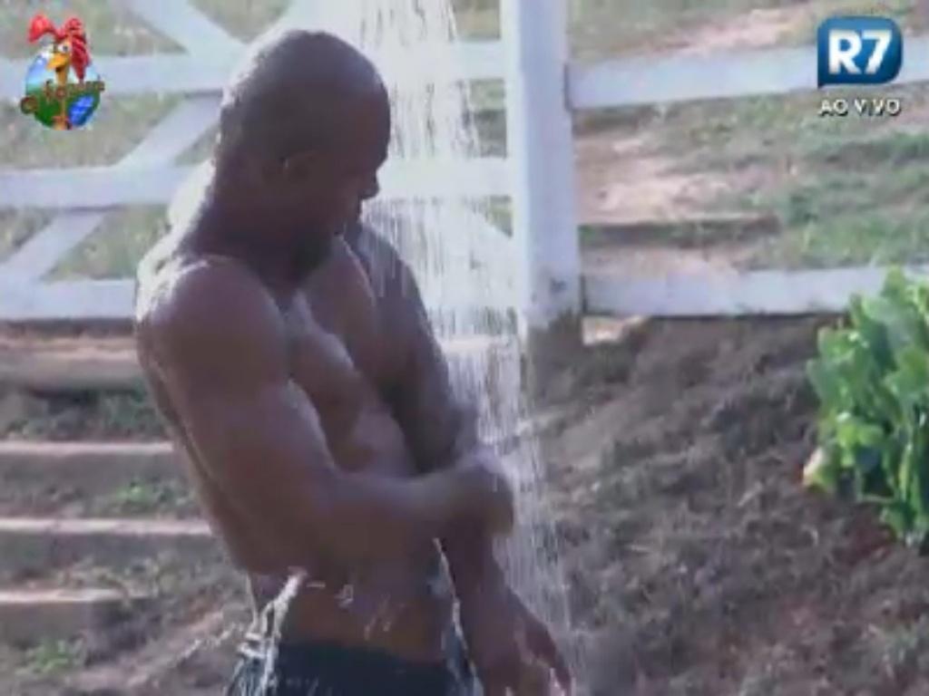 Lui Mendes toma banho na área externa do celeiro (31/5/12)