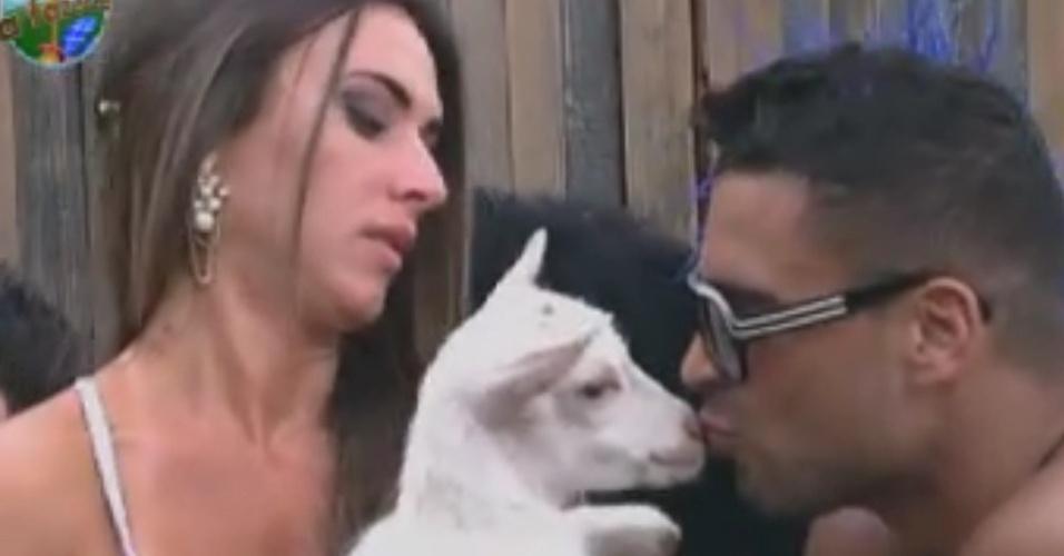 Nicole Bahls carrega cabra no colo e Gustavo Salyer a beija (31/5/12)